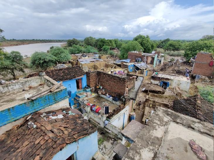 डबरा के चांदपुर गांव का ऊंचाई से लिया गया फोटो, पीछे नदी दिख रही है।