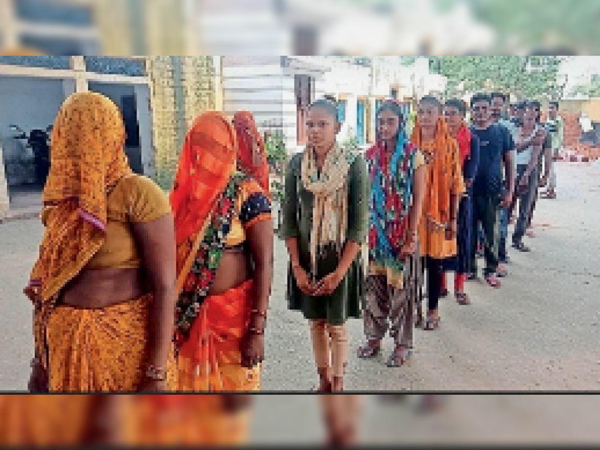 बीलपुर में ग्रामीणों ने कताराें में लगकर करवाया वैक्सीनेशन|धौलपुर,Dholpur - Dainik Bhaskar