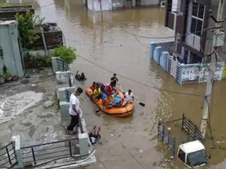 कोटा में आई बाढ़ का पानी कई कॉलोनियों में भर गया था। सड़क पर चलने लगी थी नाव।