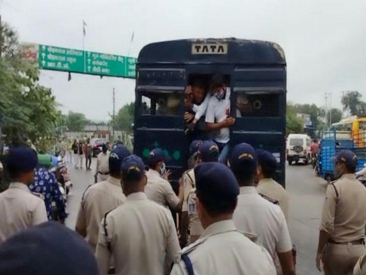 गृहमंत्री को काले झंडे दिखाने की तैयारी कर रहे कांग्रेसियाें काे पुलिस ने वैन में बिठाया, मिश्रा - बाेले - गरीब की थाली न रहे खाली, हम सब की यही सोच|इंदौर,Indore - Dainik Bhaskar