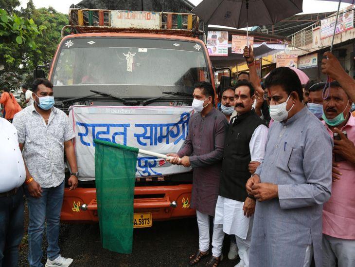 प्रभारी तथा गृह मंत्री डॉ. नरोत्तम मिश्रा और गोवा के खाद्य मंत्री गोविंद गावड़े ने ट्रक को हरी झंड़ी दिखाकर रवाना किया। - Dainik Bhaskar