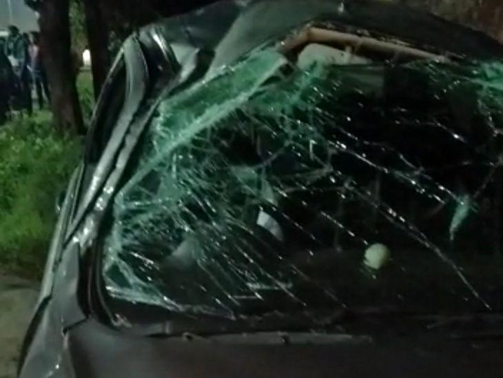 गुस्साए लोगों ने कार में तोड़फोड़ कर दी।