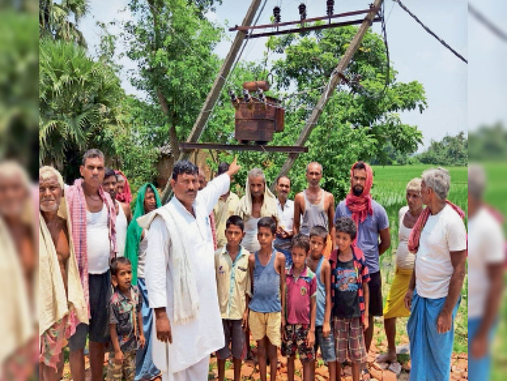 पीरो के नाढ़ी गांव में प्रदर्शन के दौरान पोल दिरवाते ग्रामीण। - Dainik Bhaskar