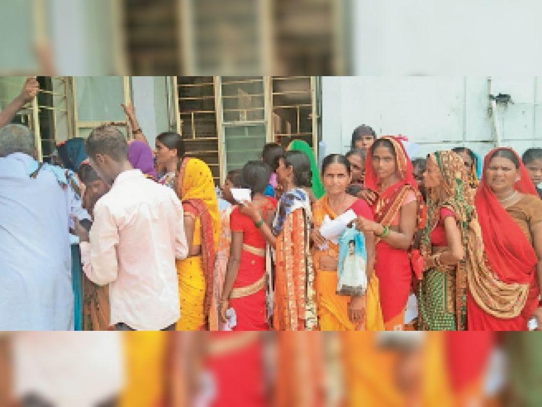 तरारी सीएचसी में टीका के लिए लगी भीड़। - Dainik Bhaskar