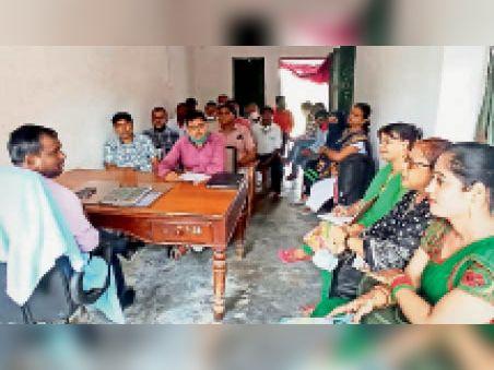 उन्नयन टीम के साथ बैठक करते डीपीओ। - Dainik Bhaskar
