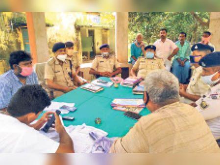 जनता दरबार में शामिल इंस्पेक्टर, सीओ, पुलिस पदाधिकारी व अन्य। - Dainik Bhaskar