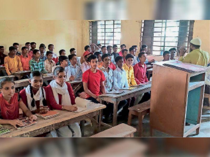 उच्च विद्यालय चनपटिया में बिना मास्क व सोशल डिस्टेंसिंग के क्लास में बैठे छात्र-छात्राएं। - Dainik Bhaskar