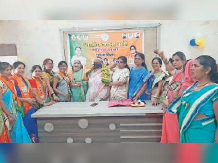 जानकी देवी व चंद्रलेखा देवी को सम्मानित करतीं भाजपा नेत्री। - Dainik Bhaskar