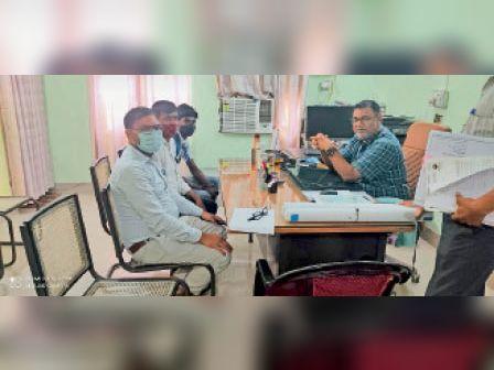 अरेराज में एनएच निर्माण को लेकर बैठक करते डीसीएलआर। - Dainik Bhaskar