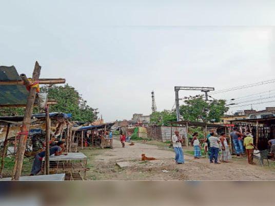 अवैध दुकानों को हटाते जीआरपी और आरपीएफ के सिपाही। - Dainik Bhaskar