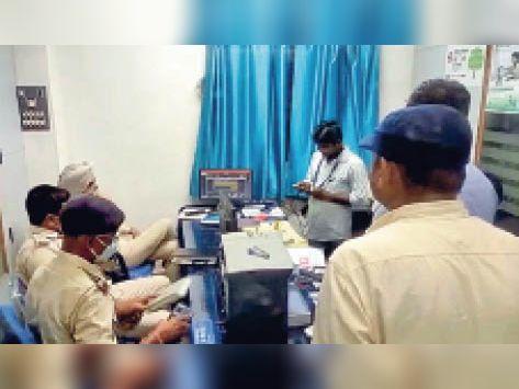 बैंक में लगे सीसीटीवी को पुटेज खंगालती पुलिस। - Dainik Bhaskar
