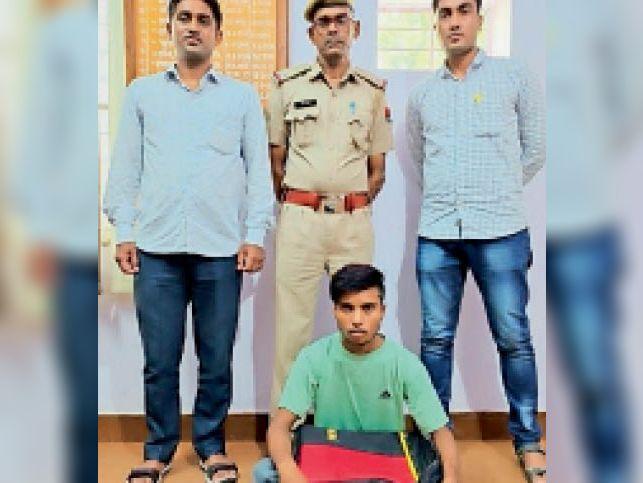 पीपलवाड़ा (बौंली)  निवाई पुलिस की गिरफ्त में चोरी का अपराधी। - Dainik Bhaskar