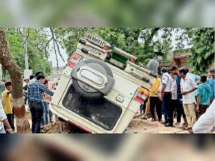 सवाई माधोपुर | रणथंभौर रोड पर यातायात पुलिसकर्मी को टक्कर मारने के बाद अनियंत्रित होकर पलटी बोलेरो कार। - Dainik Bhaskar