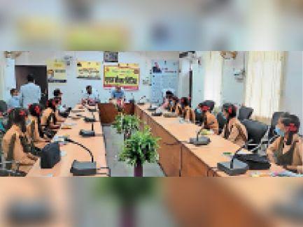 सवाई माधोपुर   कलेक्ट्रेट सभागार में बेटियों से संवाद करते कलेक्टर। - Dainik Bhaskar