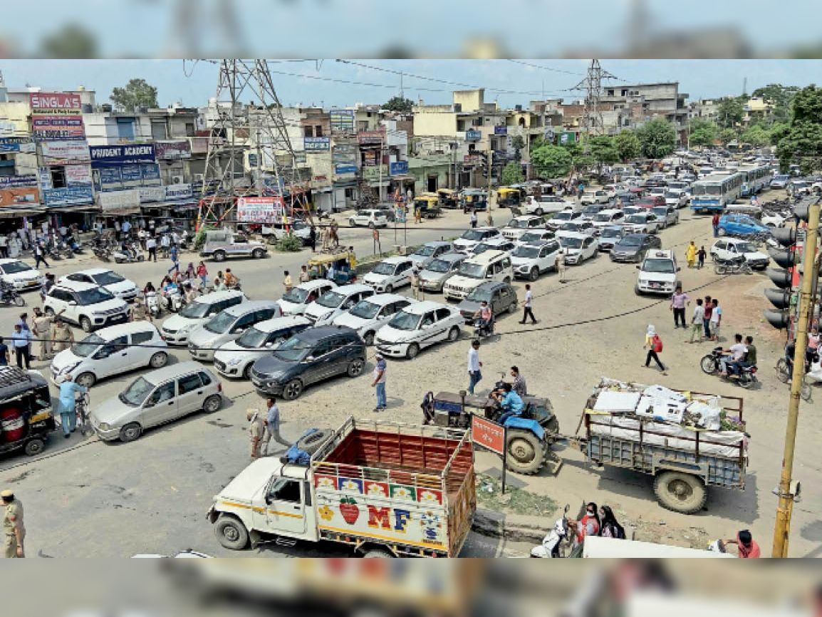 यमुनानगर  राजपूत समाज के लोगों द्वारा जाम लगाने पर वाहनों की लगी लंबी कतार - Dainik Bhaskar