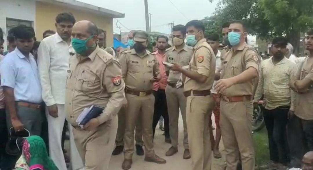 पुलिस ने लोगों के समझाकर शव पोस्टमार्टम के लिए भेजा।