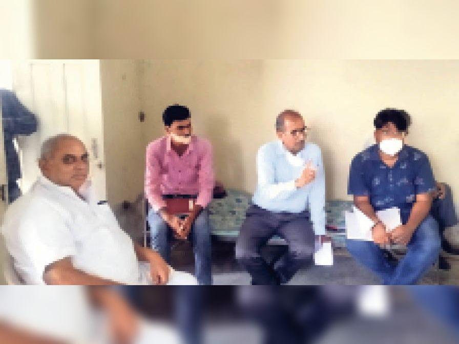 बैठक में मौजूद जनप्रतिनिधि एवं विभागीय अधिकारी। - Dainik Bhaskar