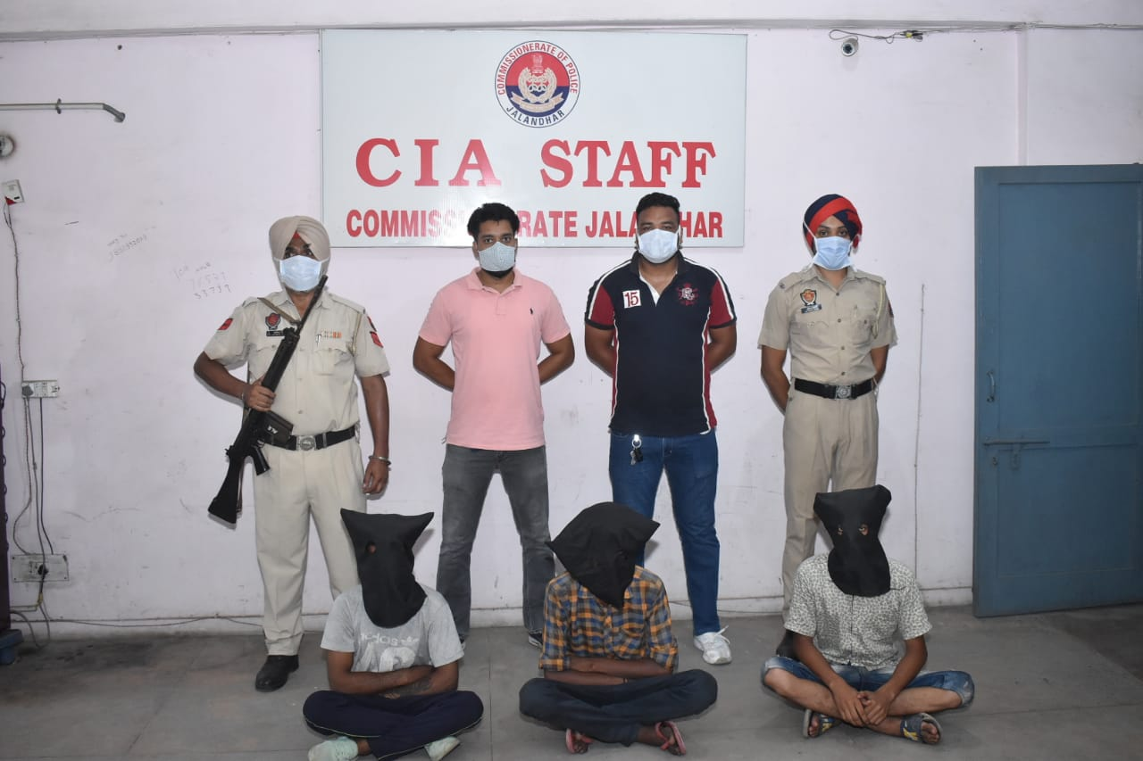 पकड़े गए आरोपियों के साथ सीआइए की टीम। - Dainik Bhaskar