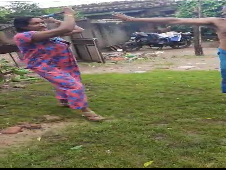 घर के बाहर कचरा डालने पर हुआ विवाद, महिला वनपाल ने अपने ही विभाग के क्लर्क की पत्नी से की मारपीट, पति बचाने आया तो डंडे से किया हमला|सवाई माधोपुर,Sawai Madhopur - Dainik Bhaskar