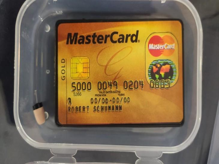 मास्टर कार्ड की तरह दिखने वाले डिवाइस के जरिए बातकर पेपर सोल्व कर रही थी।