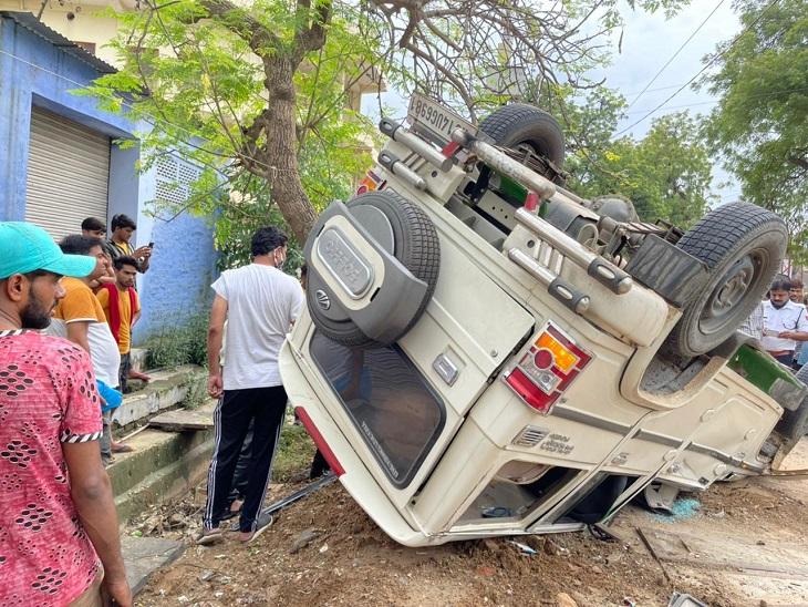 रणथम्भौर रोड पर पलटी हुई बोलेरो। - Dainik Bhaskar
