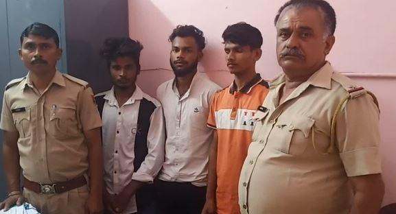 पुलिस की गिरफ्त में लुटेरे। - Dainik Bhaskar