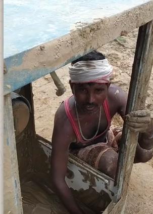 बाढ़ में घर तबाह होने के बाद जिंदगी को पटरी पर लाने की मशक्कत।