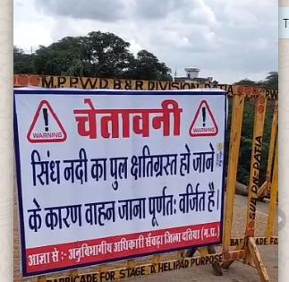 सेंवढ़ा में पुल टूटने के बाद प्रशासन द्वारा लगाई गई चेतावनी।