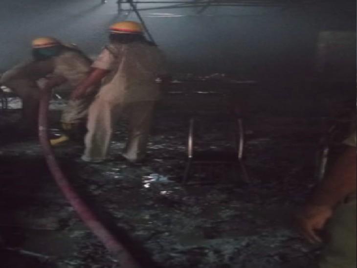 सिविल लाइंस के रेस्टोरेंट में लगी आग बुझाते फायर ब्रिगेड के लोग - Dainik Bhaskar