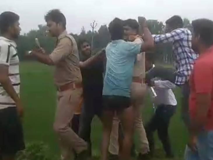 पुलिस के सामने ही ग्रामीणों ने बदमाशों को दौड़ा-दौड़ाकर लाठी डंडों से पीटा।