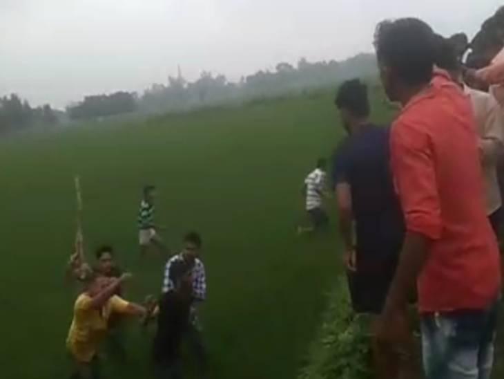 अमेठी में बैंक ऑफ बड़ौदा के फ्रेंचाइजी संचालक को 3 बदमाशों ने मारी गोली, ग्रामीणों ने पकड़कर पीटा|अमेठी,Amethi - Dainik Bhaskar
