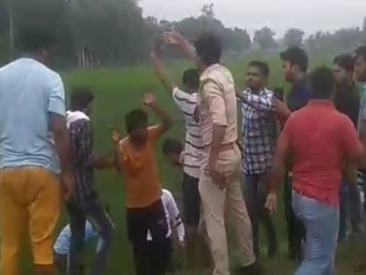 गोली मारने के बाद बदमाश रुपए लेकर भाग रहे थे। ग्रामीणों को सूचना मिली तो उन्होंने खेतों में घेर लिया। पुलिस भी आ गई, लेकिन भीड़ के आगे बदमाशों को पिटता देखती रही।