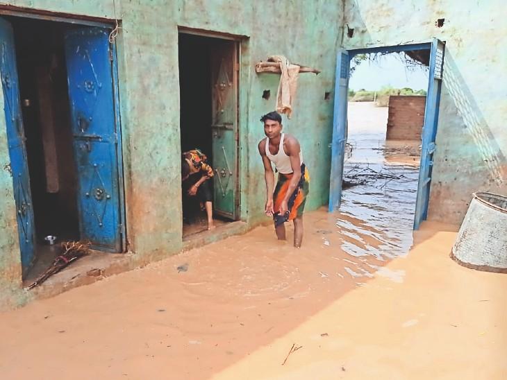 बाढ़ का पानी उतरा, मंजर देखते ही घर लौटे लोगों के होश उड़े, कमरों-आंगन में एक-एक फुट मिट्टी, दीवारों में दरारें|धौलपुर,Dholpur - Dainik Bhaskar