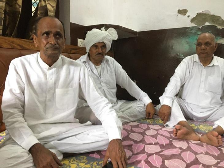 बजरंग के पिता बलवान सिंह (बाएं) व अन्य परिजन।