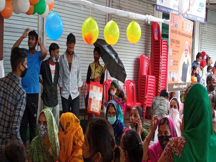 राशन की दुकान पर भीड़ के कारण बाहर खड़े हो गए लोग।