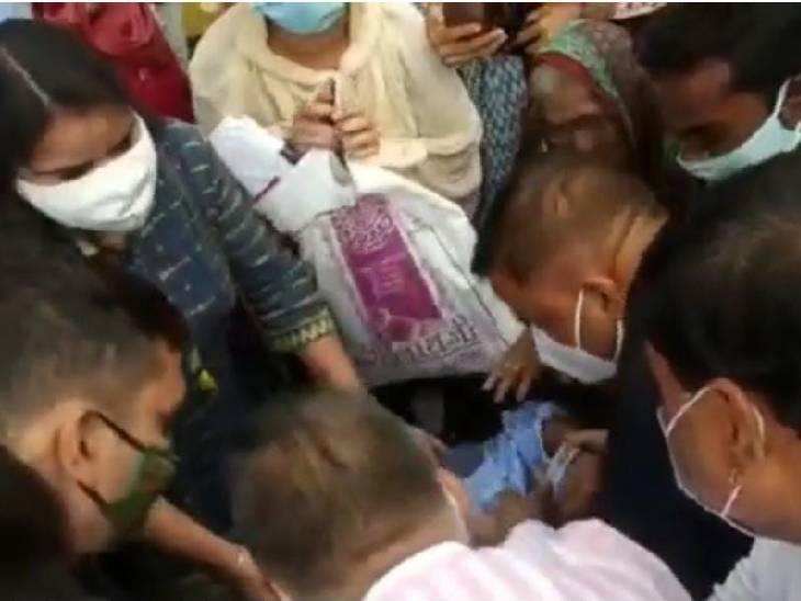 बैतूल में शिक्षा मंत्री इंदरसिंह परमार से रोते हुए कहा- वैरिफिकेशन के 3 साल बाद भी नहीं मिली जॉइनिंग|बैतूल,Betul - Dainik Bhaskar