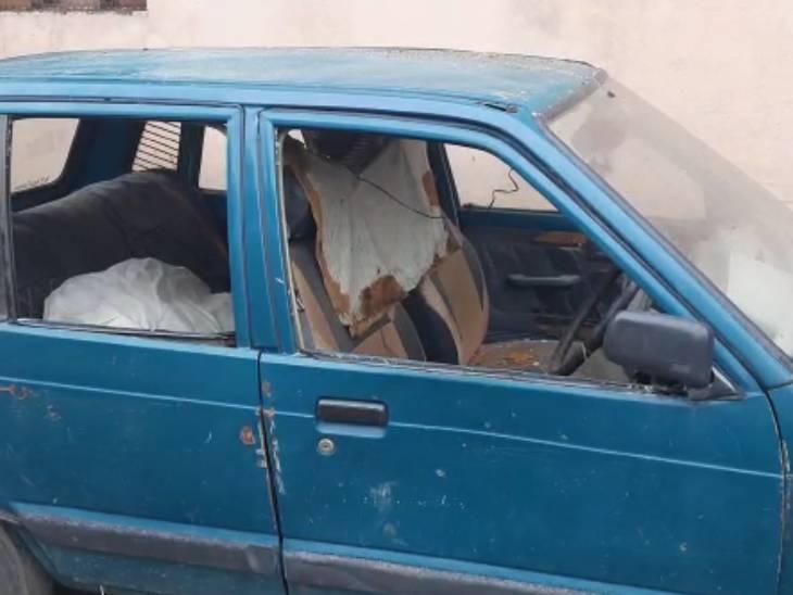 बदमाशों ने गाड़ी में की तोड़फोड़।