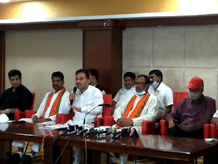 प्रेस कॉन्फ्रेंस के दौरान भाजपा नेता। - Dainik Bhaskar