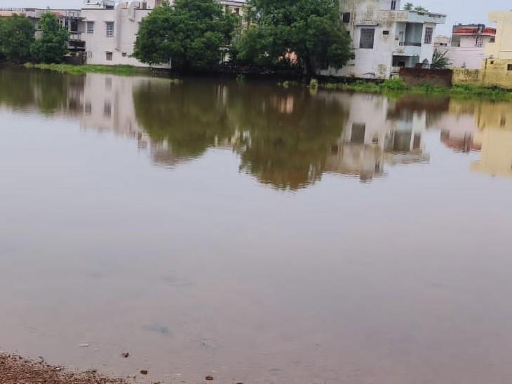 महाविद्यालय परिसर में भरा पानी। - Dainik Bhaskar