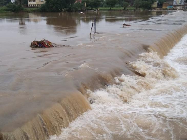 रात को तेज बरसात से पुलिया पर आवागमन बंद ,कच्चे मकान ढहे, मक्का, ज्वार, सोयाबीन की फसल खराब|बूंदी,Bundi - Dainik Bhaskar