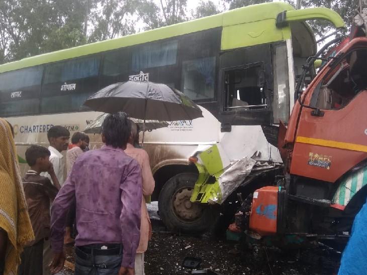 इंदौर से छतरपुर जा रही यात्री बस-ट्रक से टकराई, ट्रक चालक की मौत, हेल्पर घायल; बस में सवार यात्री सुरक्षित|सागर,Sagar - Dainik Bhaskar