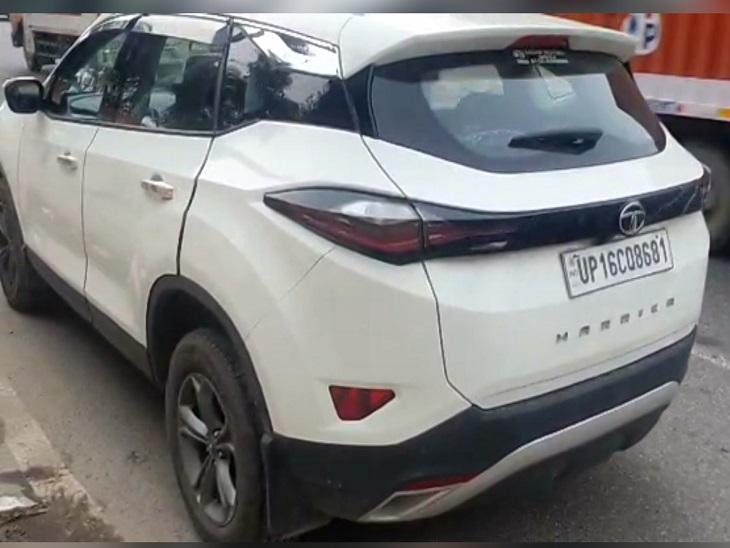 नोएडा पुलिस ने आरोपियों से एक कार भी बरामद की है।