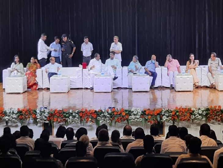उप मुख्यमंत्री दुष्यंत चौटाला अग्रोहा मेडिकल कॉलेज पहुंच चुके हैं। - Dainik Bhaskar