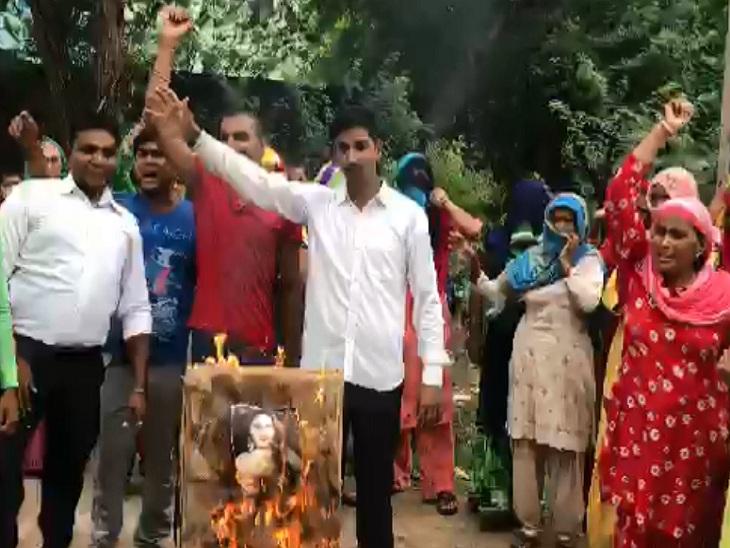 कोसली में सोनाली फोगाट के खिलाफ विरोध प्रदर्शन करते प्रजापत समाज के लोग।