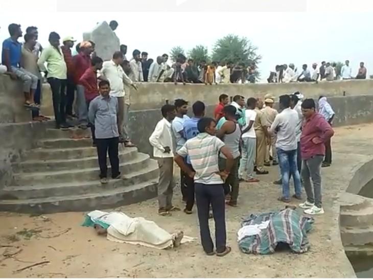 जोहड़ के पास रखा शव और  मौजूद पुलिस व ग्रामीण। - Dainik Bhaskar