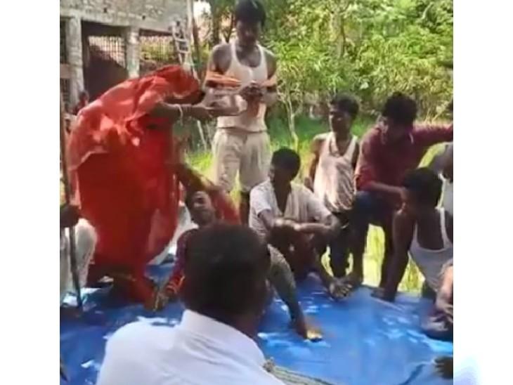 घर में घुसकर महिला से आरोपी ने की थी छेड़छाड़ की कोशिश, पंचायत ने सजा सुनाई तो महिला ने चप्पल से तड़ातड़ पीटा|बिहार,Bihar - Dainik Bhaskar