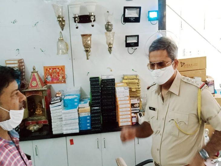 लाइट शॉप से हजारों का सामान चोरी; सुबह पड़ोसियों ने सूचना दी तो पता चला, कोतवाली थाना पुलिस जांच में जुटी|अजमेर,Ajmer - Dainik Bhaskar