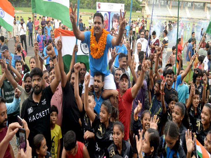फाइनली जब गोल्ड भारत की झोली में आया तो वहां मौजूद खिलाड़ियों ने कोच नसीम को अपनी गोद में उठा लिया।