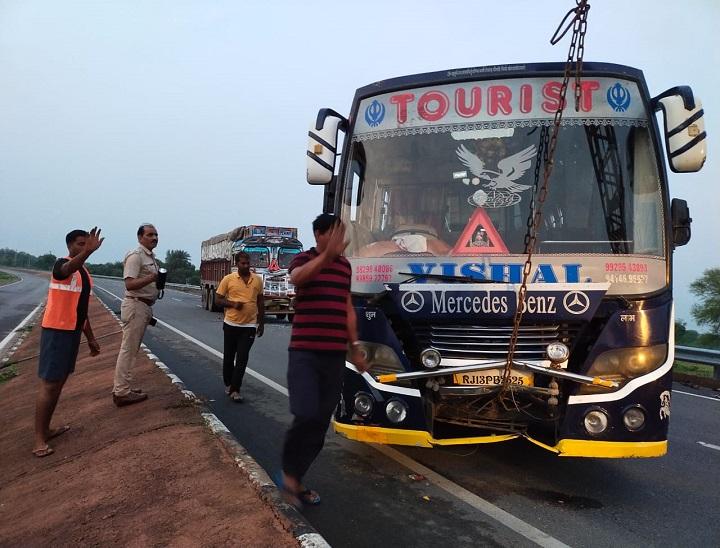 टायर पंचर होने पर खड़ी बस कोतेज स्पीड ट्रक ने पीछे से मारी टक्कर, स्टेपनी बदल रहे खलासी व यात्री की मौके पर ही मौत|दौसा,Dausa - Dainik Bhaskar