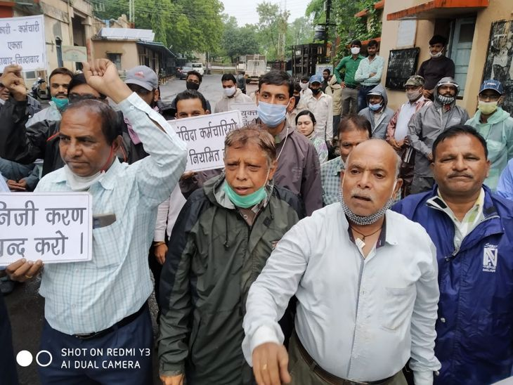 हड़ताल के दौरान नारेबाजी करते ब - Dainik Bhaskar
